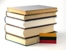 Litauisk flagga med högen av böcker på vit bakgrund Royaltyfria Bilder