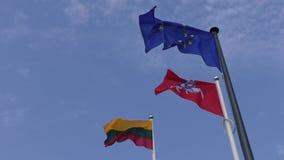 Litauiska och för E. - europeiska fackliga flaggor mot slut för blå himmel upp lager videofilmer