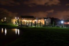 Litbyggnad på natten Arkivfoto