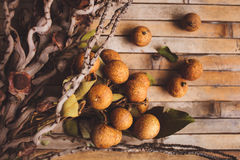 litchi - Lychee chinensis close-up op bruine raad Stock Foto