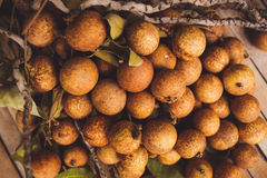 litchi - Lychee chinensis close-up op bruine raad Stock Afbeelding