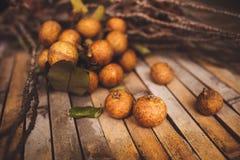 litchiplommon - chinensis closeup för litchiplommon på brunt bräde Arkivfoton