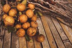 litchiplommon - chinensis closeup för litchiplommon på brunt bräde Royaltyfri Fotografi