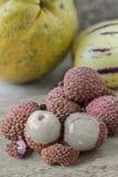 Litchiplommoner och andra tropiska frukter arkivbild