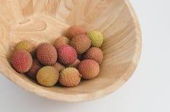 Litchiplommonfrukt i en bunke Royaltyfria Bilder