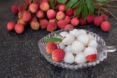 litchiplommonfrukter Ny saftig litchiplommonfrukt på en glass platta Skalad litchiplommonfrukt Arkivbild