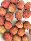 Litchivruchten in een witte plaat Verse heerlijke tropische vruchten Stock Foto