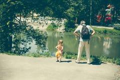 Lite är den lockiga flickan och hennes fader en nära familj Fotografering för Bildbyråer