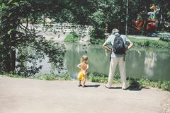 Lite är den lockiga flickan och hennes fader en nära familj Royaltyfria Foton