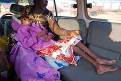 Lite är flickan med HJÄLPMEDELviruset och en stark undernäring Royaltyfri Bild