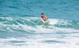 Lite övande sufing för västra pojke royaltyfria foton
