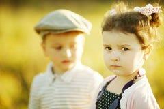 Lite allvarlig flicka och pojke Arkivfoton