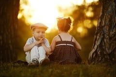 Lite allvarlig pojke och flicka Fotografering för Bildbyråer