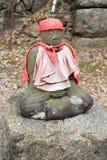 Lite av den Jizo statyn i Japan Arkivfoto
