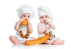 Lagar mat lite ungar pojke och flicka Fotografering för Bildbyråer