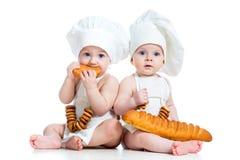 Barnungar pojke och äta för flicka Royaltyfria Bilder
