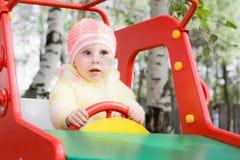 Lite barn på gunga Royaltyfri Foto