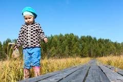 Lite barn som går på träplaks Royaltyfri Foto