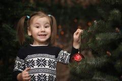 Lite barn vid trädet för nytt år Barn dekorerar Chrisen fotografering för bildbyråer