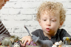 Lite barnlekar med leksaker Arkivbild
