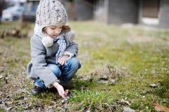 Lite blommor för blåsippa för litet barnflicka rörs arkivfoto