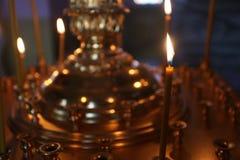 Lite brännande kyrkastearinljus mot en mörk bakgrund, closeup Royaltyfria Foton