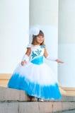 Lite brud. En flicka i en frodig vit- och blåttbröllopsklänning Royaltyfri Fotografi
