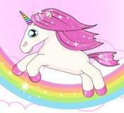 LITE FACKLIGT KÖR PÅ EN REGNBÅGE Gullig liten rosa magisk enhörning royaltyfri illustrationer