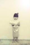 Lite flicka i den thailändska klassiska klänningen för Loy Kratong Festival Arkivbild