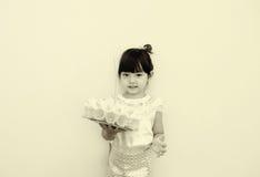 Lite flicka i den thailändska klassiska klänningen för Loy Kratong Festival Arkivfoton