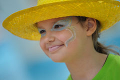 Lite flicka i en ljus gul hatt Arkivfoto