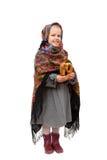 Lite flicka i traditionell rysk sjalett med en kringla Arkivbilder