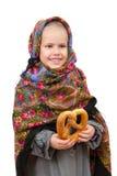 Lite flicka i traditionell rysk sjalett med kringlan Royaltyfri Fotografi