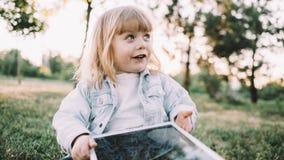 Lite flicka på gräset fotografering för bildbyråer