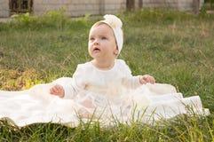 Lite flicka på gräset Royaltyfria Foton