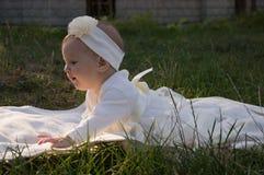 Lite flicka på gräset Arkivbild