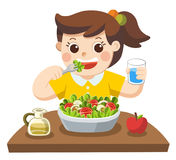 Lite flicka som är lycklig att äta sallad hon älskar grönsaker Royaltyfria Foton