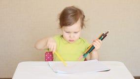 Lite flickaattraktioner med kulöra blyertspennor lager videofilmer