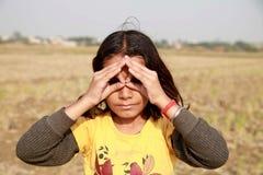 Lite flickasammanträde i risfältfält arkivbild