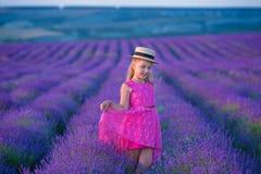 Lite går flickan mellan lavendelfälten i Provence Förbluffa plats av flickamakt och den härliga naturen fotografering för bildbyråer