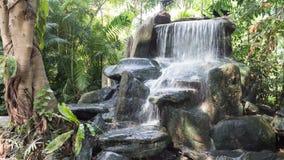 Härlig vattenfall i trädgården royaltyfri fotografi