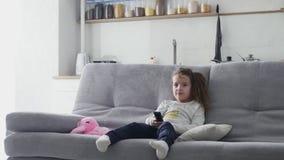 Lite hoppar flickan på soffan arkivfilmer