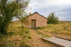 Lite hus i sätta in Arkivfoto