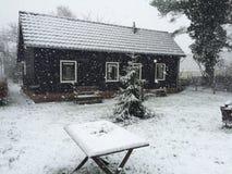 Lite hus i snön Arkivfoton