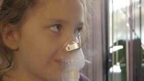Lite inhaleras den sjuka flickan från en virus- infektion 4K arkivfilmer