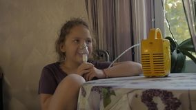 Lite inhaleras den sjuka flickan från en virus- infektion långsam rörelse stock video