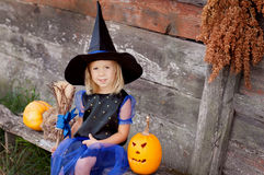 Lite klädde flickan som en häxa för allhelgonaafton Royaltyfri Fotografi