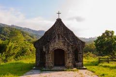 Lite kyrka i bergen arkivfoto