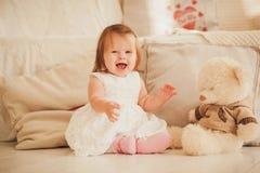 Lite le den gulliga flickan i härlig klänning royaltyfria foton