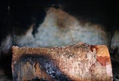 Lite ligger det brända vedträt i spisen eller ugnen mot arkivfoton
